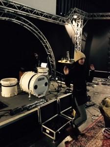 Das Aufbauen des Drumsets dauert heute wieder! Muss ich wohl wieder alles selbst machen....
